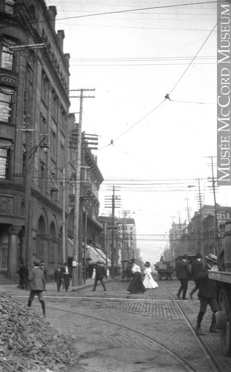 L'intersection des rues McGill et Saint-Jacques en 1907. À l'époque, c'est le centre-ville de Montréal.
