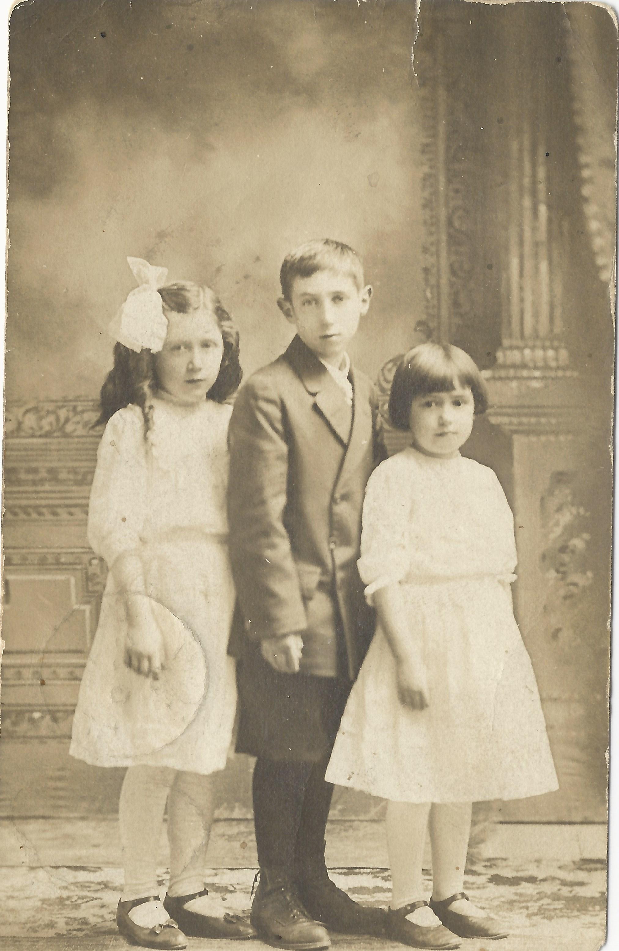 La famille de Cécile Gagnon, vers 1908. Blanche, Hubert et Lilly. John Fils demeure alors chez sa grand-mère Elisabeth à Massena, NY.