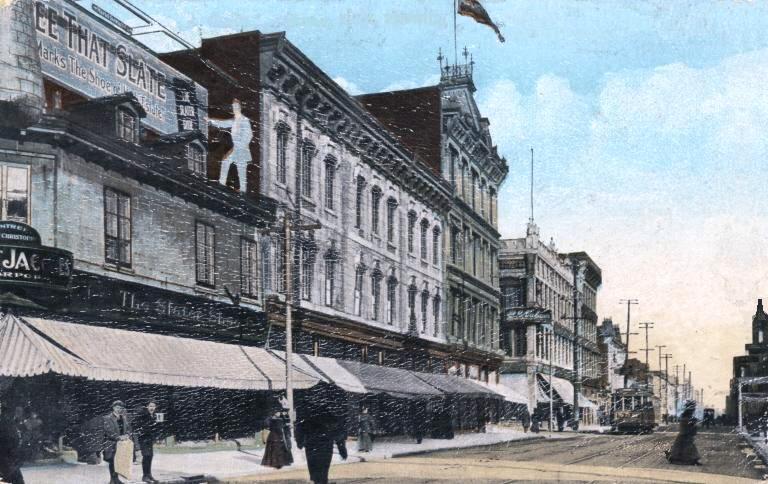 Le grand magasin Dupuis Frères, en 1901. Blanche a travaillé quelques mois pour ce commerce en 1915-16.