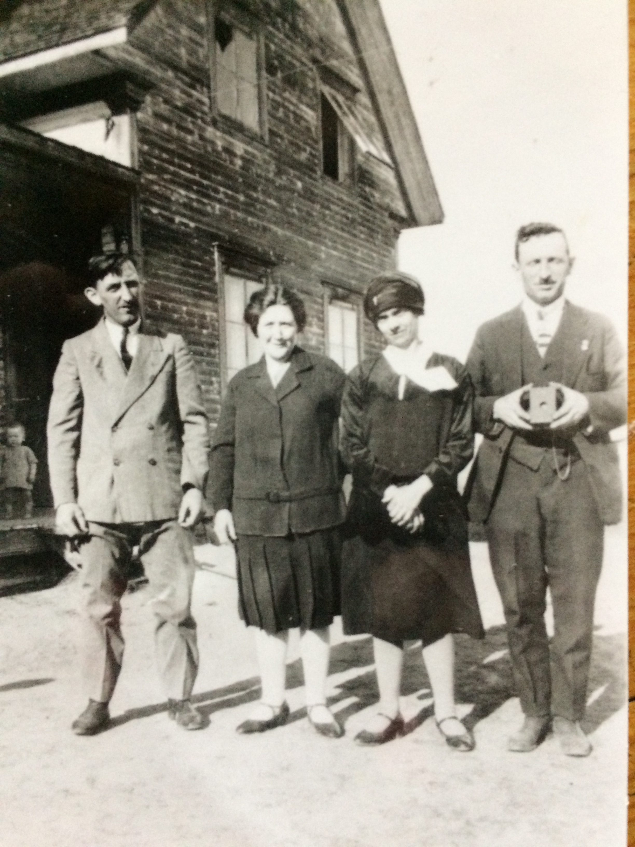 Héraclius Doré et Blanche Lizette, sur la terre du rang Sainte-Anne (Couchepagane). La photo est datée du 30 mai 1930. Les personnes à droite seraient Jean-Baptiste Doré, frère d'Héraclius, et sa femme.