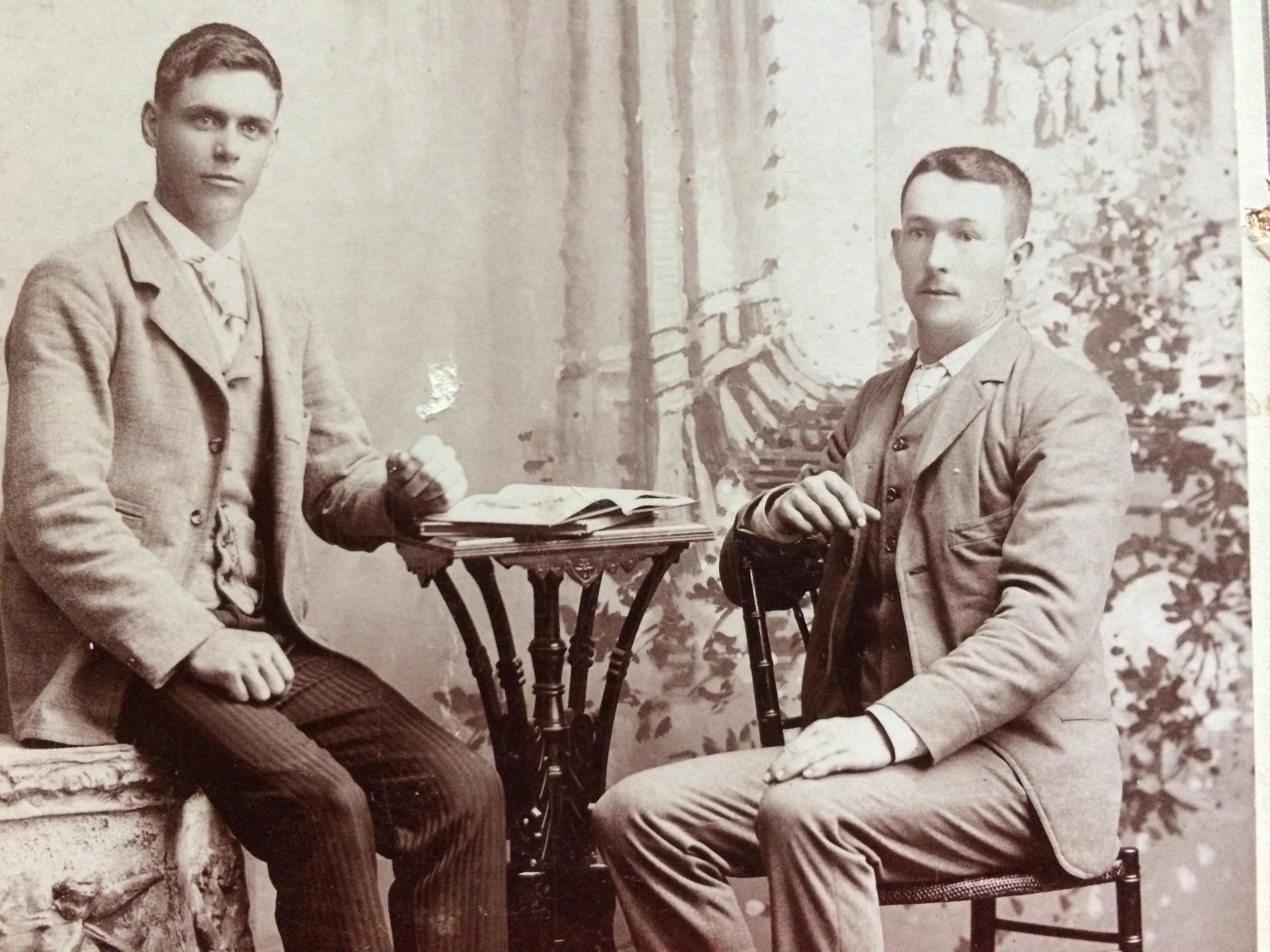 """John Lizette et son beau-frère François """"Bébé"""" Gagnon, frère de Cécile."""