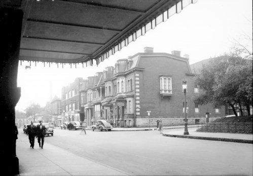 La rue Osborne à Montréal, près de la gare Windsor vers 1915. Cette rue est devenue la rue La Gauchetière plus tard. C'est maintenant la rue des Canadiens-de-Montréal.